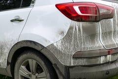 Tylny widok bardzo brudny samochód Czerep brudny SUV Brudni reflektory, koło i zderzak droga samochód z bagnem, bryzgają Obraz Royalty Free