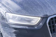 Tylny widok bardzo brudny samochód Czerep brudny SUV Brudzi tylnych światła, koło i zderzaka droga samochód z bagna splashe, Fotografia Stock