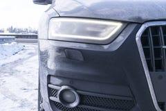Tylny widok bardzo brudny samochód Czerep brudny SUV Brudzi tylnych światła, koło i zderzaka droga samochód z bagna splashe, Obrazy Stock