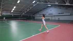 Tylny widok bawić się tenisa i uderza piłkę z kantem sporty kobieta zdjęcie wideo