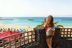 Tylny widok bierze obrazek od tarasu Playa Dorada seascape podróżnik dziewczyna, Lanzarote, wyspy kanaryjska obrazy royalty free