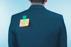 tylny widok biznesmen w kostiumu z notatką z Kwietni durni dnia literowaniem na plecy, Kwietni durnie fotografia royalty free