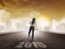 Tylny widok biznesowej kobiety bieg z 2016 liczbami Zdjęcia Royalty Free