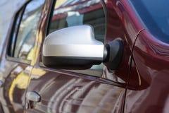 Tylny widok boczny widoku lustro na nowożytnym samochodzie Obrazy Stock