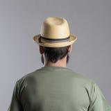 Tylny widok brodaty mężczyzna patrzeje daleko od z słomianym kapeluszem fotografia royalty free