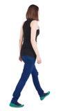 Tylny widok chodząca brunetki dziewczyna Obrazy Royalty Free