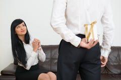 Tylny widok chuje prezenta pudełko dla młody biznesmen Fotografia Royalty Free