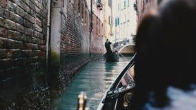 Tylny widok cieszy się pięknej gondoli wycieczkową wycieczkę turysyczną na wąskim Wenecja kanale podczas emerytura wakacje starsz zbiory wideo