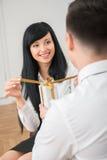 Tylny widok daje białemu prezentowi młody biznesmen Zdjęcie Royalty Free