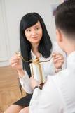 Tylny widok daje białemu prezentowi młody biznesmen Zdjęcie Stock