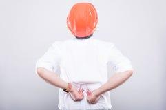 Tylny widok jest ubranym hardhat cierpienia ból pleców architekt Obrazy Stock