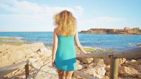 Tylny widok kobiety odprowadzenie w kierunku morza na pi?knych schodkach zdjęcie wideo