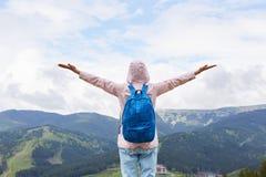 Tylny widok kobiety pozycja na górze wzgórza, odczucie wolność, pozuje z rękami rozciągać niebo cieszy się scenerię, dama ubierał zdjęcie stock