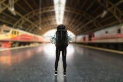 Tylny widok młodego Azjatyckiego backpacker żeńska pozycja przy dworcem Podróż stylu życia pojęcie obrazy royalty free