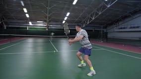 Tylny widok mężczyzna odbija się piłki z kantem ubierał w białej sporta stroju porci i oddawaniu Sport zawodowy zbiory wideo