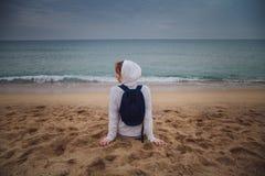Tylny widok młoda osamotniona kobieta relaksuje na plaży w Barcelona, Fotografia Royalty Free