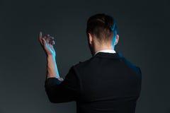 Tylny widok młodego człowieka magika pozycja z nastroszoną ręką zdjęcie stock