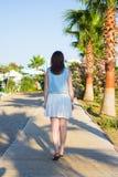 Tylny widok młodej kobiety odprowadzenie na lato plaży obrazy stock