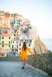 Tylny widok młodej kobiety tła oszałamiająco wioska Manarola, Cinque Terre, Liguria, Włochy Obraz Stock