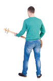 Tylny widok młody człowiek z gitarą Gwiazda rocka z musicalem Zdjęcia Stock