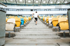 Tylny widok młody sportowiec biega na piętrze obraz royalty free