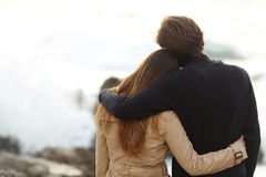Tylny widok para cuddling w zimie Zdjęcia Royalty Free