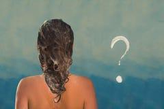 Tylny widok piękna naga młoda kobieta bierze prysznic w prysznic kabinie Mydlany znak zapytania na prysznic kabinie w łazience obrazy royalty free