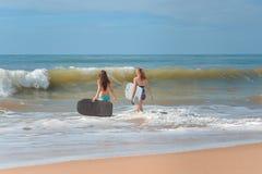 Tylny widok piękne młode kobiety z surfboards fotografia stock