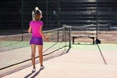Tylny widok pi?kni ?e?scy gracz?w w tenisa hitts tenisowa pi?ka ziemia u?ywa? kant podczas gdy chodz?cy na obrazy stock