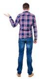 Tylny widok przystojny mężczyzna w w kratkę koszulowym utrzymaniu na brzęczeniach Fotografia Royalty Free
