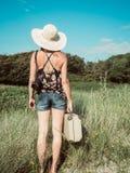 Tylny widok rocznik kobieta z retro walizką obraz royalty free