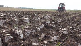 Tylny widok rolnego ci?gnika lemiesza ziemia uprawna przy jesie? czasem 4K zbiory wideo