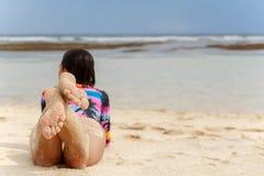 Tylny widok seksowna dziewczyna kłama na plaży biały piasek zdjęcia royalty free