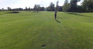 Tylny widok sport kobieta jogging wzdłuż łąki podczas słonecznego dnia zdjęcie wideo