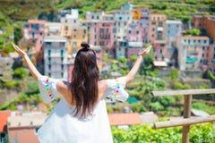Tylny widok szczęśliwego dziewczyny tła piękny widok Manarola, Cinque Terre, Liguria, Włochy Zdjęcie Stock
