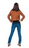 Tylny widok trwanie młoda piękna brunetki kobieta w brown j Obrazy Stock