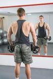 Tylny widok ufny i męski mężczyzna przy gym Zdjęcia Stock
