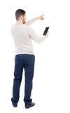 Tylny widok wskazywać młodych człowieków opowiada na telefonie komórkowym zdjęcia stock