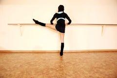Tylny widoku portret młoda dysponowana kobieta robi sprawności fizycznej ćwiczy Obrazy Royalty Free