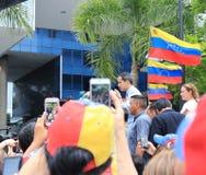 Tymczasowy prezydent Juan Guaido re?yseruj?cy protestuje w Caracas gdy kapita? ono zmaga? si? bez w?adzy fotografia stock