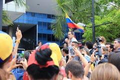 Tymczasowy prezydent Juan Guaido re?yseruj?cy protestuje w Caracas gdy kapita? ono zmaga? si? bez w?adzy obrazy royalty free