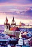 Tyn大教堂、布拉格城堡和老镇联合国科教文组织,布拉格,捷克,从粉末门的看法 库存照片