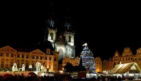 Tyn-Kathedrale und Weihnachtsmarkt im alten Marktplatz lizenzfreie stockbilder