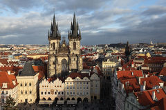 Tyn-Kirche mit alten Rathaus. Prag stockfotografie