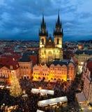 Tyn kyrka och julmarknad i Prague Royaltyfri Foto