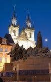 Tyn kyrka och statymonument Jan Hus på den gamla stadfyrkanten för natt Royaltyfria Bilder