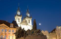Tyn kyrka och statymonument Jan Hus på den gamla stadfyrkanten för natt Arkivbilder