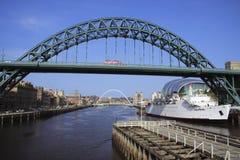 Tyne-Brücke u. rosafarbener Bus Lizenzfreie Stockbilder