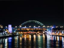 Tyne Bridge och kajsikt på natten arkivbilder