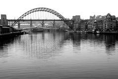 Tyne Bridge tomada da ponte pedestre do ` do olho do ` foto de stock